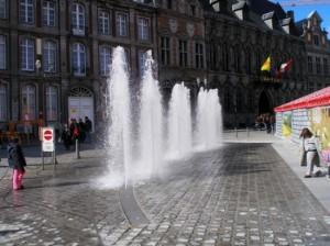 Les 6 jets d'eau verticaux de la fontaine en fonctionnement.