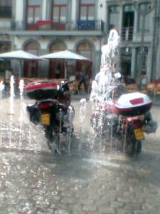 Écologie socialiste : la fontaine devient moto-wash.